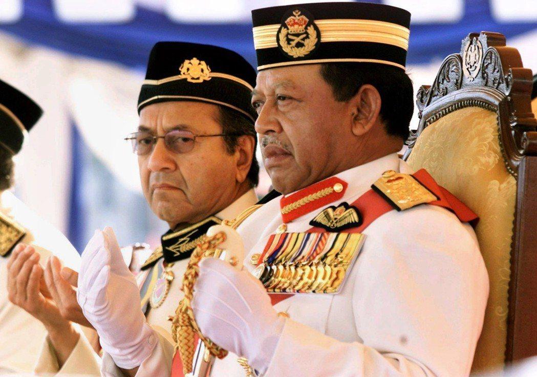 馬哈迪(左)在第一次執政期間因修憲削弱王權,而跟當時的馬國王室相處得很不好,圖右...