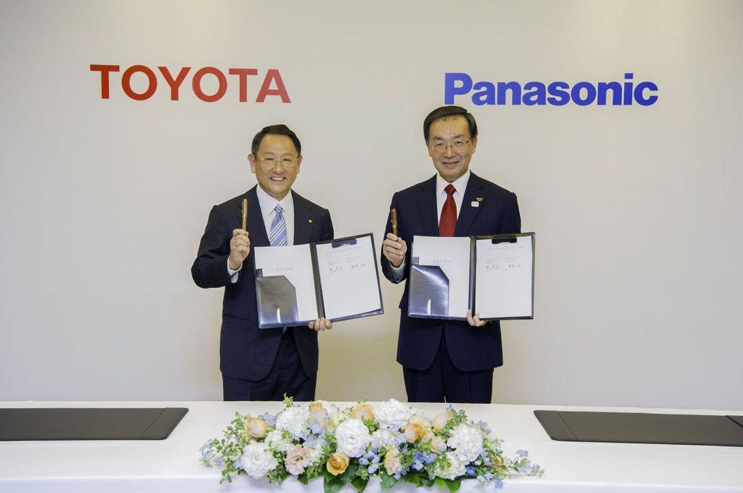 豐田汽車總裁豐田章男(左)與Panasonic總裁津賀一宏。 摘自Toyota