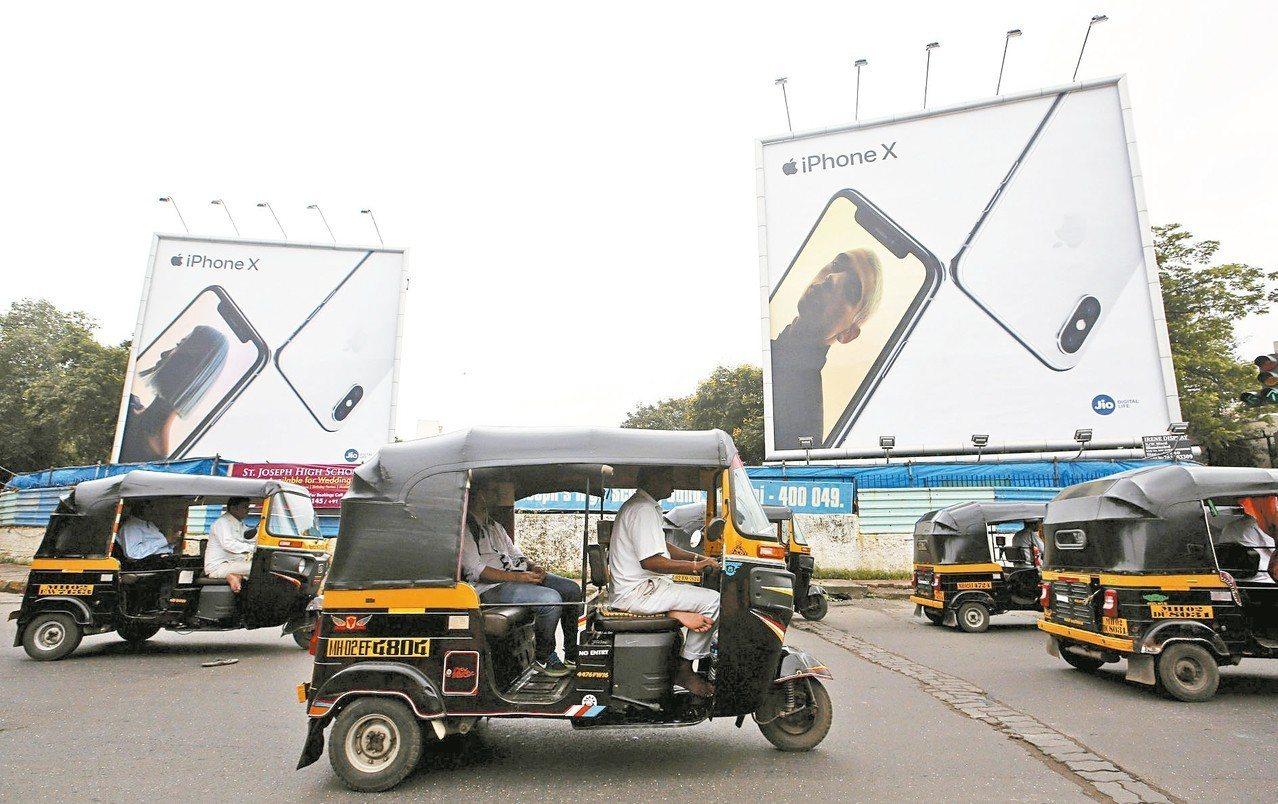 蘋果加速發展印度市場,但目前iPhone市占率不到一成,圖為孟買街頭的廣告看板。...