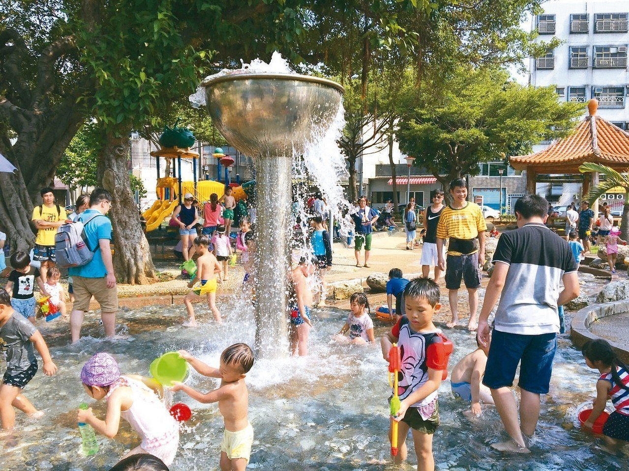 2018年六都以桃園市淨遷入2.3萬人最多,連6年排名第一。圖為桃園某公園戲水池...