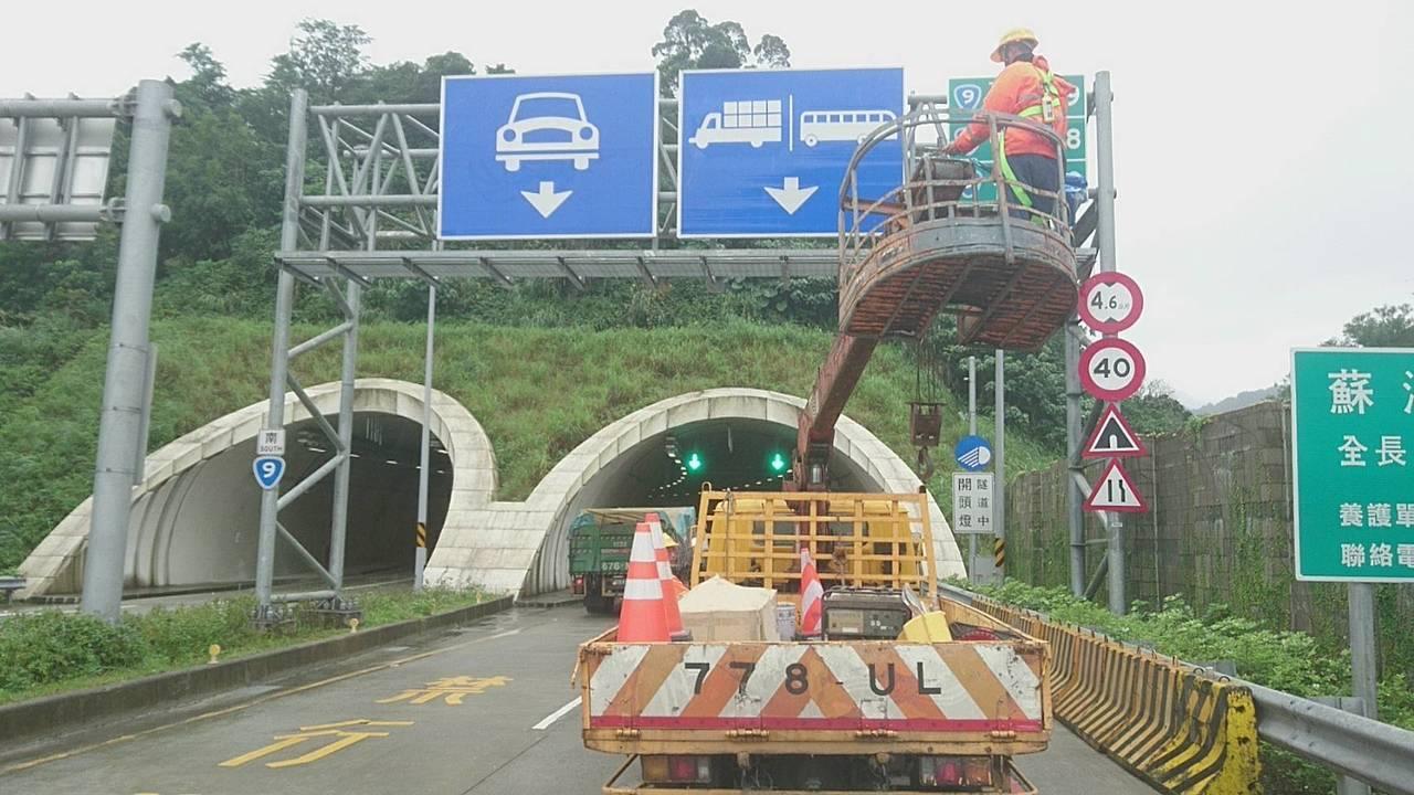 蘇花改蘇澳至東澳路段日前開放大貨車通行,交通標誌在開通,同步上架。本報系資料照/...