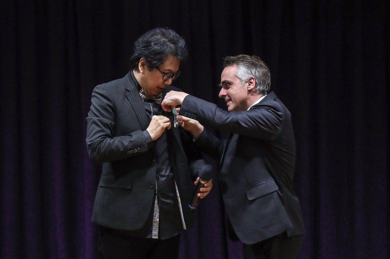 法國在台協會主任紀博偉(Benoit Guidee)(右)23日頒授法國藝術與文...