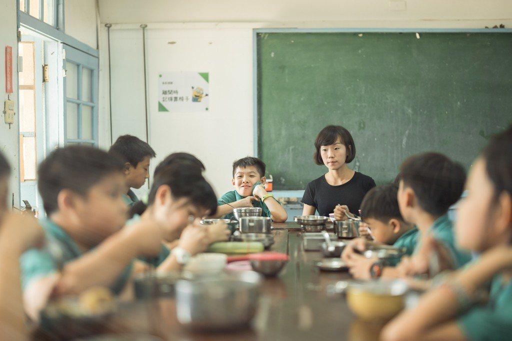 教師林貝霓和學生在餐廳一起用餐。圖/TFT提供(攝影:傅祐承)