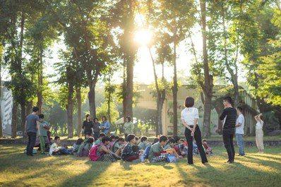 全校孩子在坐在大草地上,進行「放學夕圈」。圖/TFT提供(攝影:傅祐承)