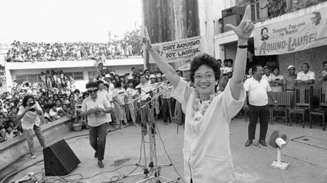 柯拉蓉於1986年藉由人民力量革命推翻馬可仕政權,上任後立即成立廉政委員會。負責...