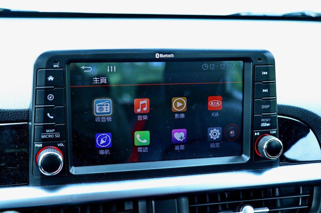 8吋懸浮式多媒體觸碰螢幕提供包括電話、音樂等選項。 記者陳威任/攝影
