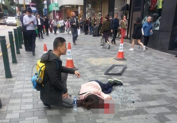 一名中國大陸女遊客遭鋁窗擊斃。圖/擷自香港01資料照