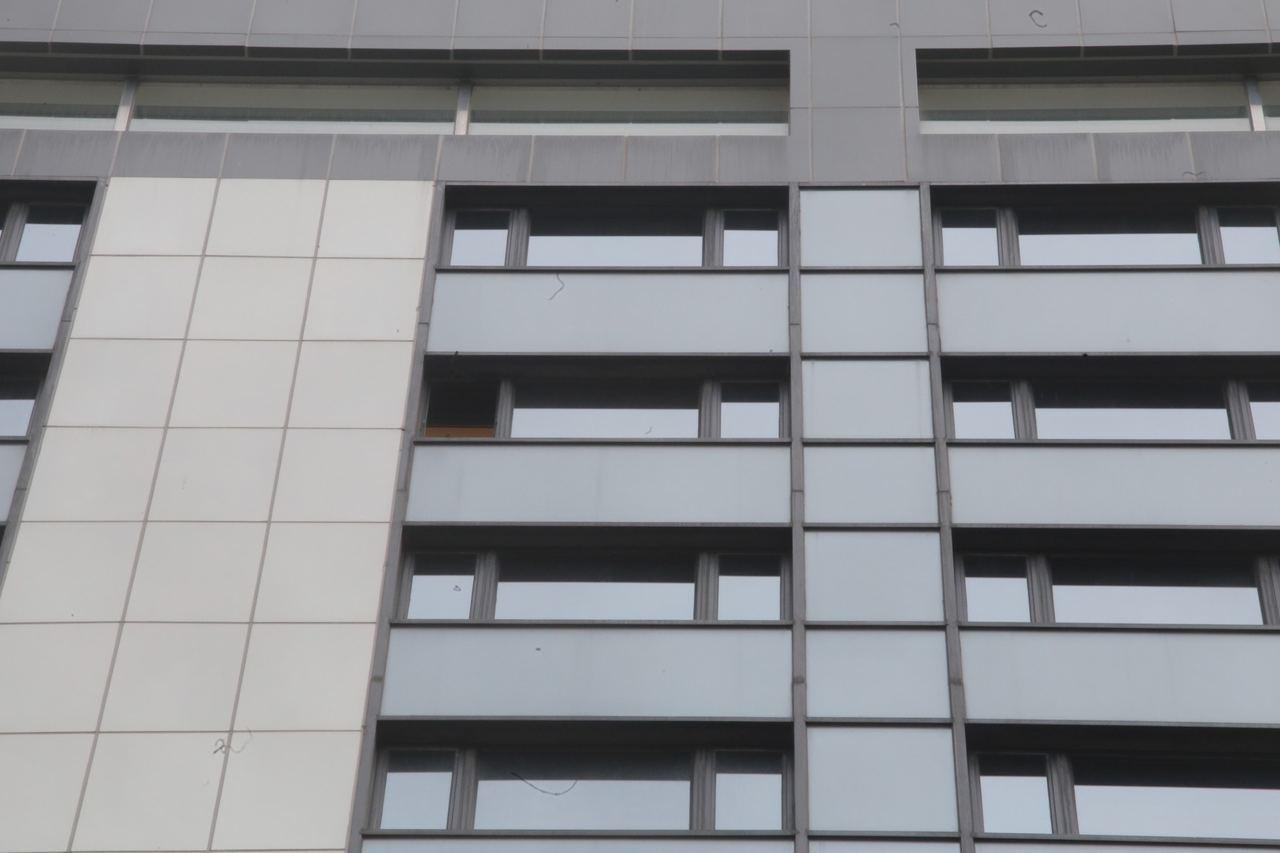 美麗華酒店一扇鋁窗墜街。圖/擷自香港01資料照