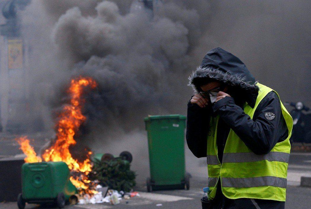 連續10週以上的示威運動是給不在乎民調的馬克宏的一大警告,更是讓2019年的年金...