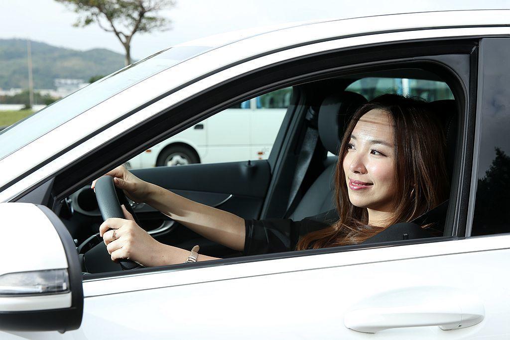 御姊愛試駕 Mercedes-Benz C 200 後表示:只要油門輕輕踩下去,就能感受到動力源源不絕的輸出且飽滿、順暢的加速表現,感受不到任何頓挫,完全符合女生開車時最在意的舒適表現。 攝影/記者林澔一
