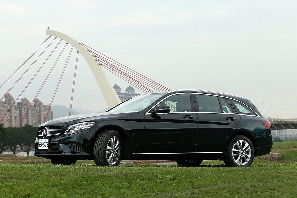 除了四門房車,對空間有更多需求的好男好女們也能考慮 Mercedes-Benz C-Class Estate 旅行車。 攝影/記者林澔一