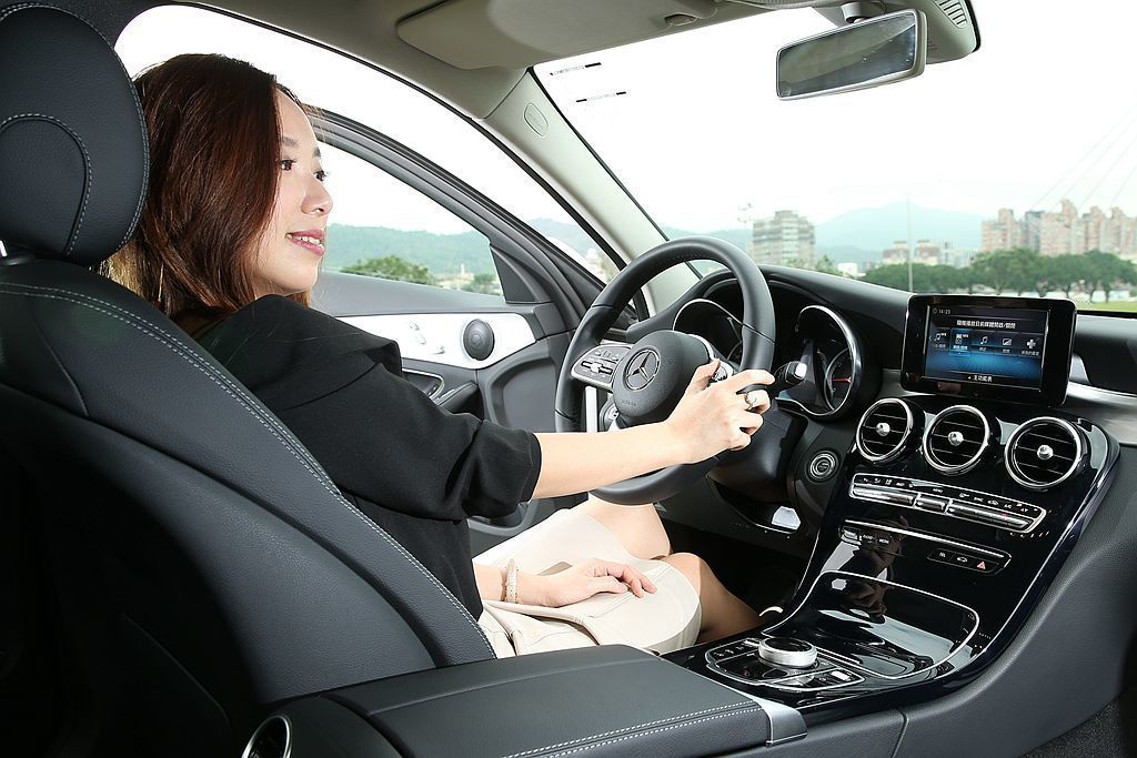 Mercedes-Benz C 200 標準配備 Smartphone Integration 智慧型手機整合系統,透過 Apple Carplay 能與智慧型手機連結,也能再進階選配 10.25 吋多媒體螢幕。 攝影/記者林澔一