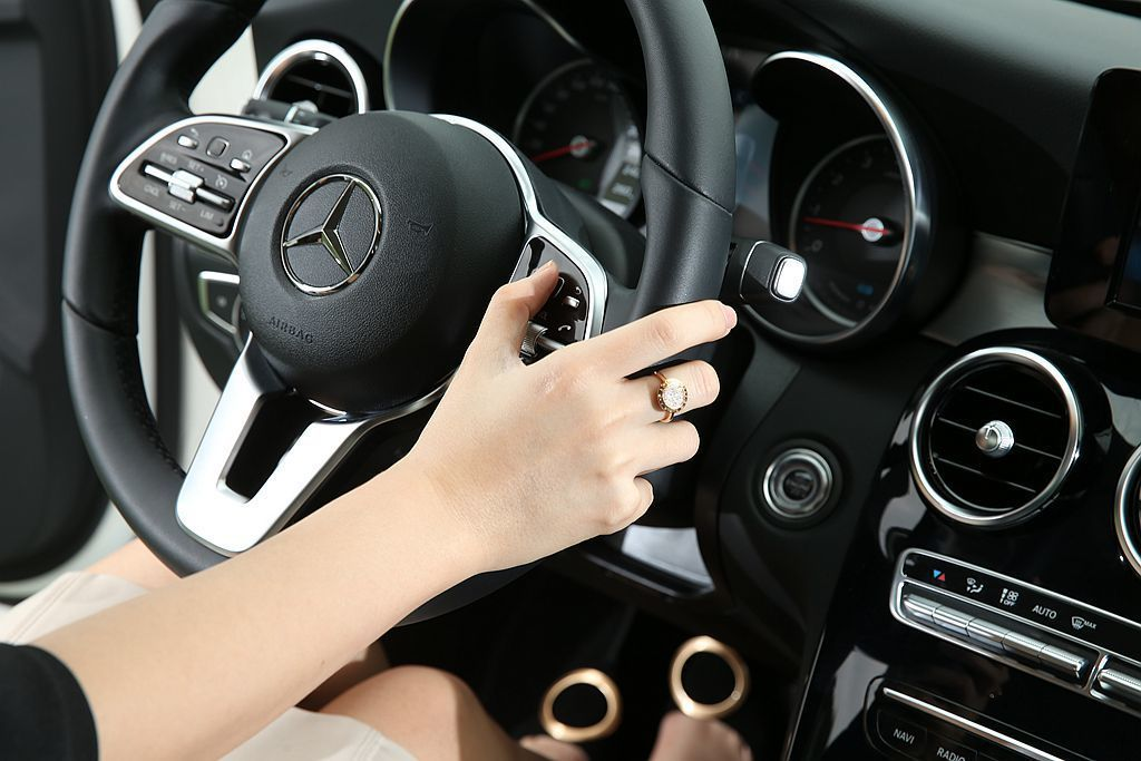 Mercedes-Benz C 200 標配多功能跑車方向盤,其兩側先進的觸控按鈕,能用滑動方式直接調整中控螢幕選單。 攝影/記者林澔一