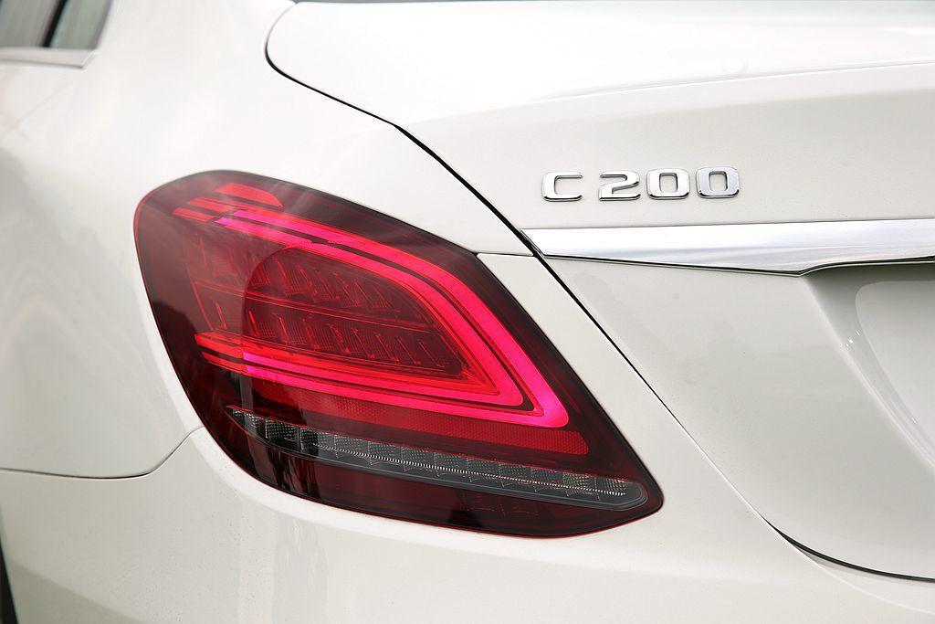 Mercedes-Benz C-Class 房車小改款後,車尾導入辨識性極高的 C 型尾燈設計。 攝影/記者林澔一