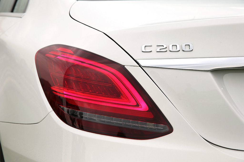 Mercedes-Benz C-Class 房車小改款後,車尾導入辨識性極高的 ...