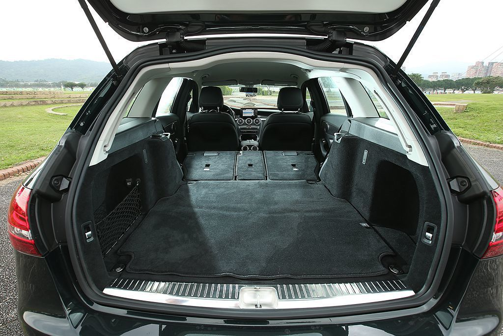 Mercedes-Benz C-Class Estate 旅行車全員滿坐下就能有 460L 後廂容積,倘若需要更大的置物空間,只要將第二排椅背向前傾倒後就立即提升到 1480L。 攝影/記者林澔一
