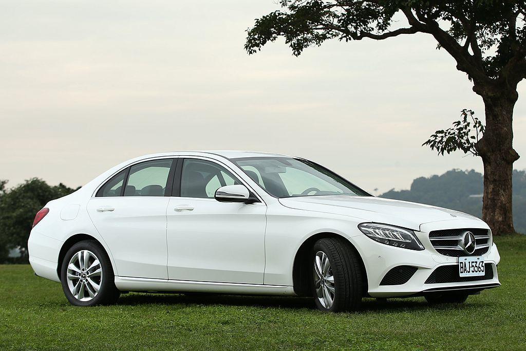 Mercedes-Benz C 200 運動化十足的長車頭、短車尾前/後比例下,...