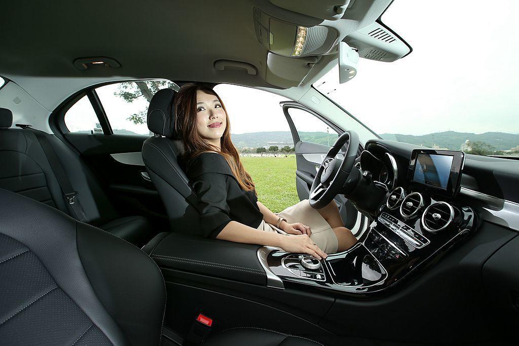 御姊愛覺得 Mercedes-Benz C 200 的座椅就猶如男人的大手將她溫暖地抱在懷裡,坐在車內就有被呵護的感覺。 攝影/記者林澔一