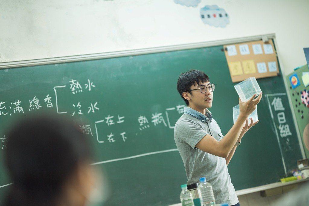 雅民花很多時間準備教學,每天都備課到12點,週末也在備課。圖/TFT提供(攝影:...
