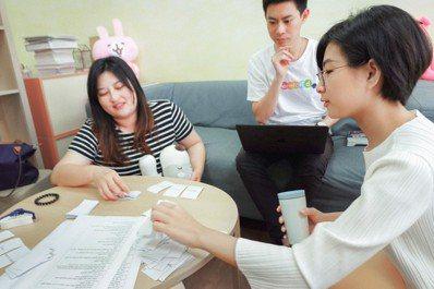 巫家蕙(右)不僅是個教師,還是個創新實踐者。圖/TFT提供(攝影:傅祐承)