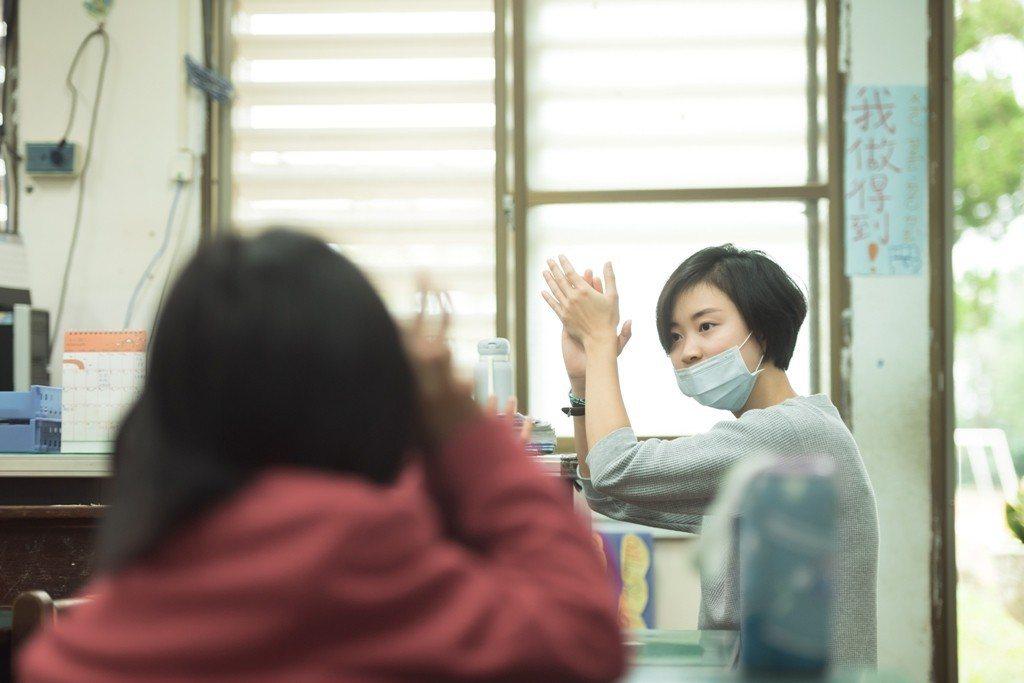 定瑜藉由理解孩子在「教室外」的生活,讓他們在「教室內」能有所學習。圖/TFT提供...