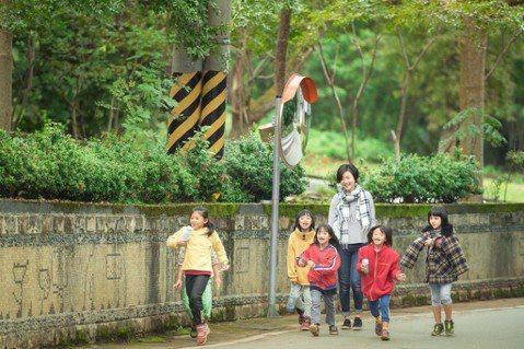 定瑜到了部落的小學當老師之後,走出教室、走入社區,進到孩子的家庭。圖/TFT提供...
