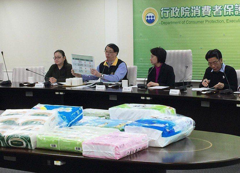 行政院消保官王德明在衛生紙檢測結果記者會中提醒,不要以價格為購買衛生紙唯一的考量...
