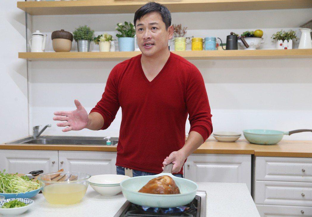 江宏恩做年菜。記者徐兆玄/攝影