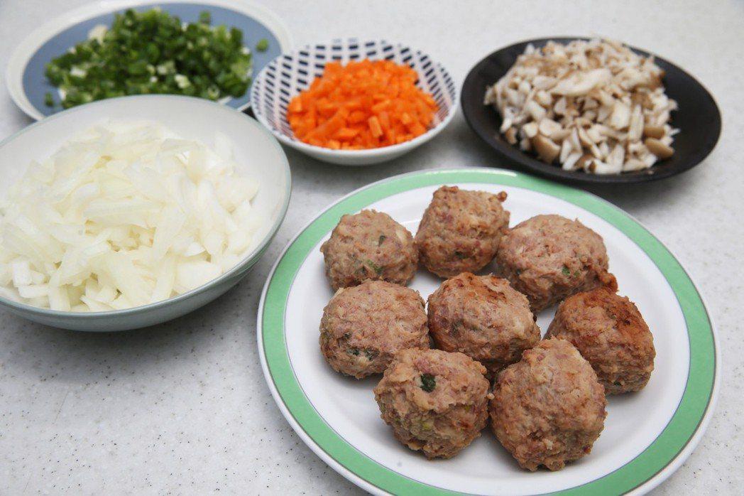 江宏恩做年菜,料理獅子頭材料。記者徐兆玄/攝影