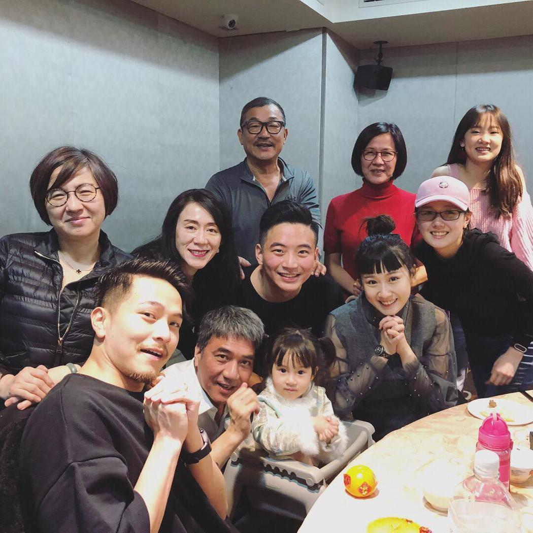 楊銘威與方志友兩家人過年齊聚。圖/方志友提供
