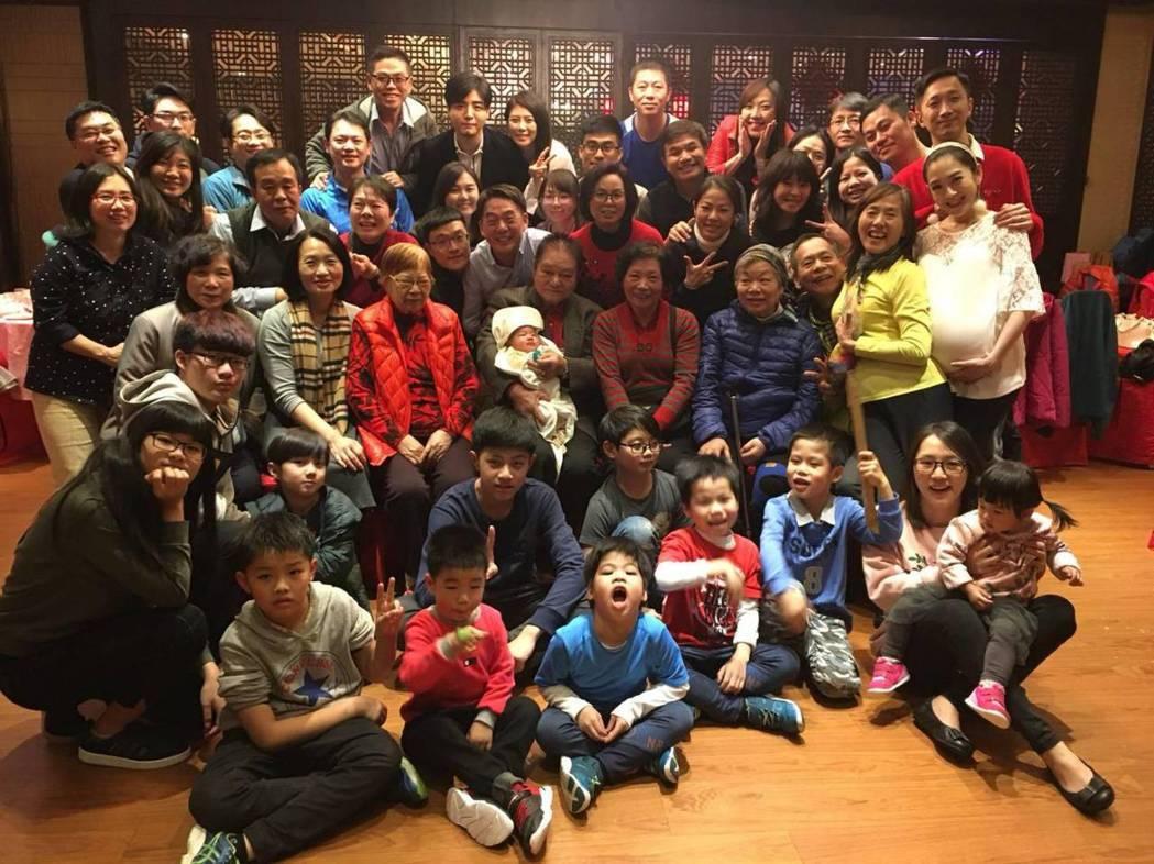 楊千霈每年回娘家都是一大家子聚在一起。圖/楊千霈提供