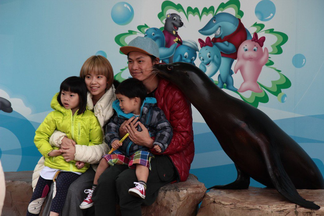 黃鐙輝一家大小到遠雄海洋公園。圖/萁萁提供
