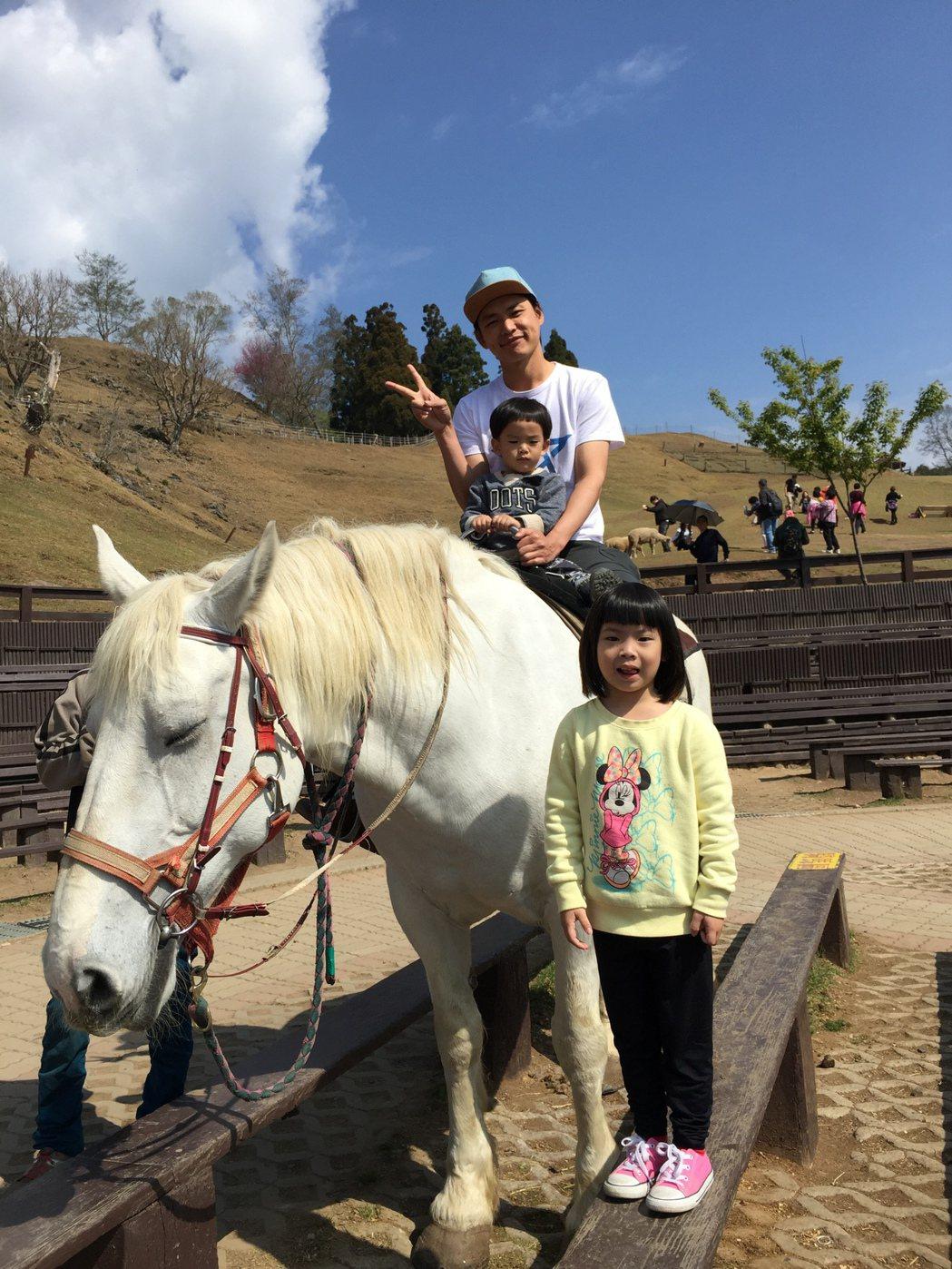 黃鐙輝帶女兒遊清境農場。圖/萁萁提供