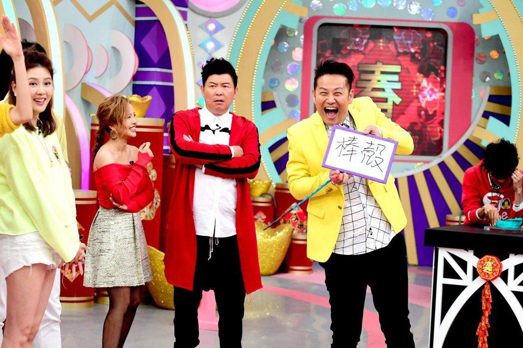 華視「天才衝衝衝」主持人徐乃麟、曾國城、張文綺大家一起過新年。圖/華視提供