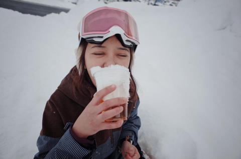 春節對陳意涵來說,一直都是印象深刻,小時候最喜歡去爺爺奶奶家過春節,因為家族成員多達十餘人,每次團圓都非常熱鬧,近幾年比較常與大學同學相約去北海道滑雪,享受得來不意的悠哉。回想起童年時期,陳意涵笑稱...