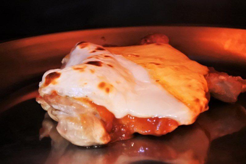 (圖/台灣旅行趣) ▲製作「茄焗起司雞肉」時,需要經過兩道程序,第一次是把雞皮烤...