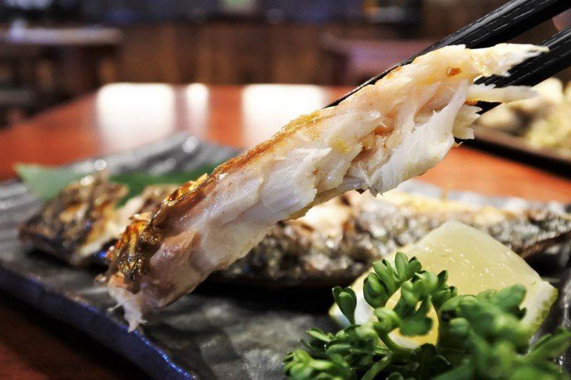 (圖/台灣旅行趣) ▲鯖魚肉質與一夜干不同,是屬於較Q彈的。可搭配胡椒鹽和檸檬讓...