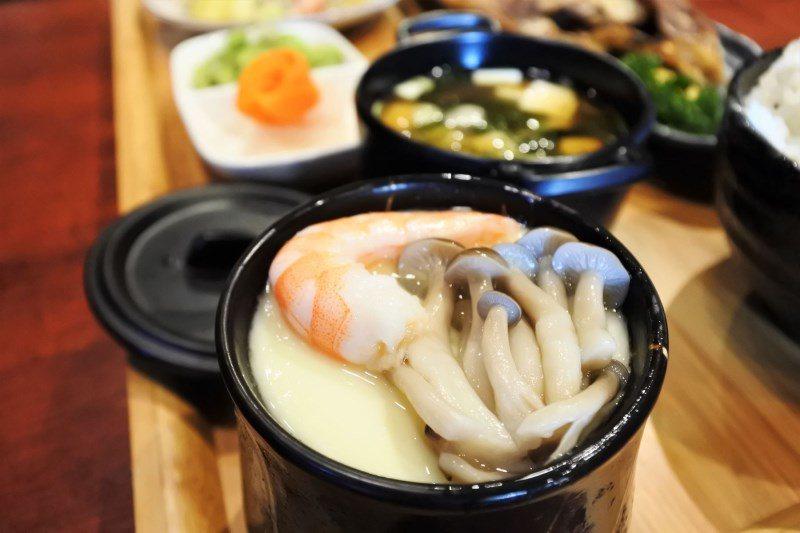(圖/台灣旅行趣) ▲上面鋪上菇類與蝦,裡面更是驚豔!竟然還有無骨去皮雞肉、去殼...