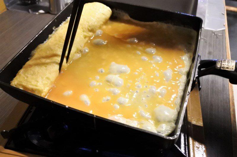(圖/台灣旅行趣) ▲類似滑蛋的作法,把結合柴魚高湯的蛋液一層一層慢慢堆疊,中間...