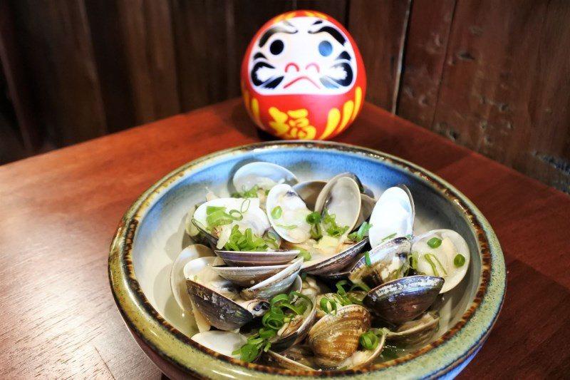 (圖/台灣旅行趣) ▲利用酒切作為基底,加入鮮蛤、蒜頭烹煮,蛤蠣的精華都保存在裡...