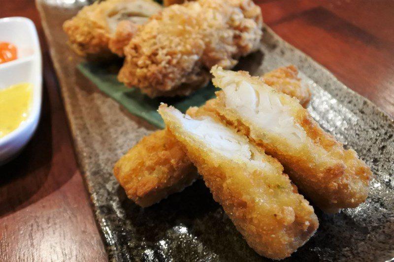 (圖/台灣旅行趣) ▲白嫩有嚼勁的鱈魚條,沾取自製醬料食用非常對味。