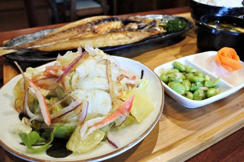 (圖/台灣旅行趣) ▲定食附的沙拉會隨著季節變化而更換,當日為季節水果+生菜+自...