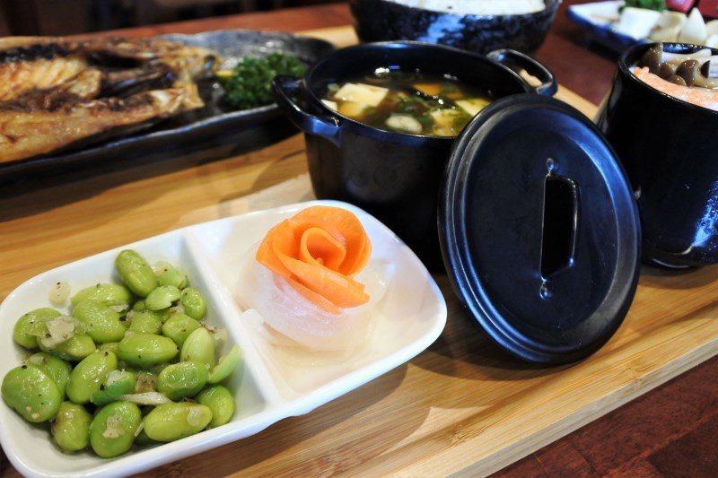 (圖/台灣旅行趣) ▲而小菜部分也是自行醃製,店家用梅酒醃紅/白蘿蔔,口感帶點梅...