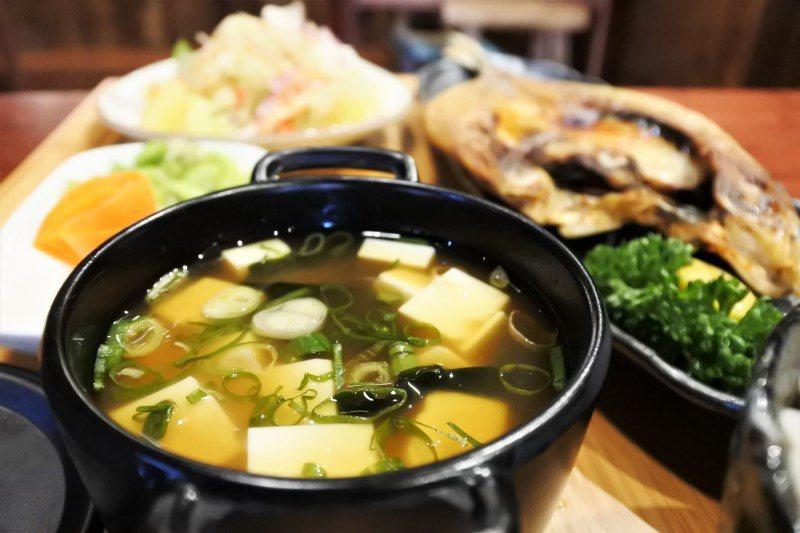 (圖/台灣旅行趣) ▲定食的湯品不固定,而「味噌湯」是屬於日式料理的經典,採用多...