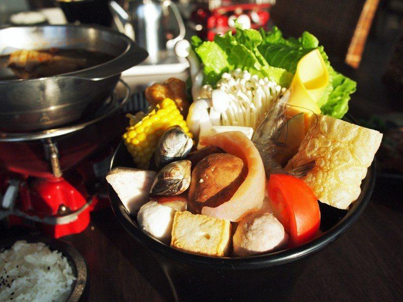 (圖/台灣旅行趣) ▲菜盤除了新鮮蔬菜,也有豐富的海鮮跟丸餃