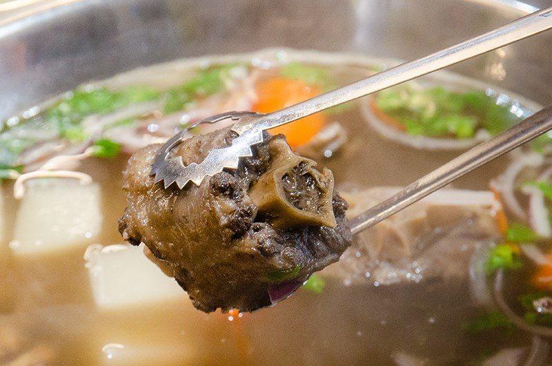 (圖/台灣旅行趣) ▲帶骨肉豐富的牛尾,也能享受豪邁啃骨的樂趣。