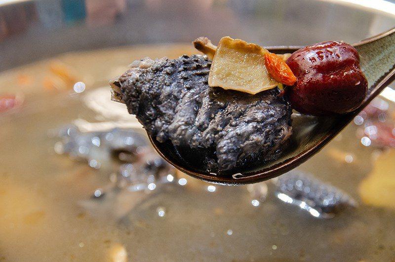 (圖/台灣旅行趣) ▲雞肉吃起來細嫩不柴,麻油香氣濃厚!