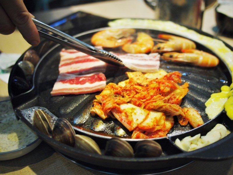(圖/台灣旅行趣) ▲海鮮、五花肉、麻油蒜片、泡菜、爐邊蛋,豐富又有料