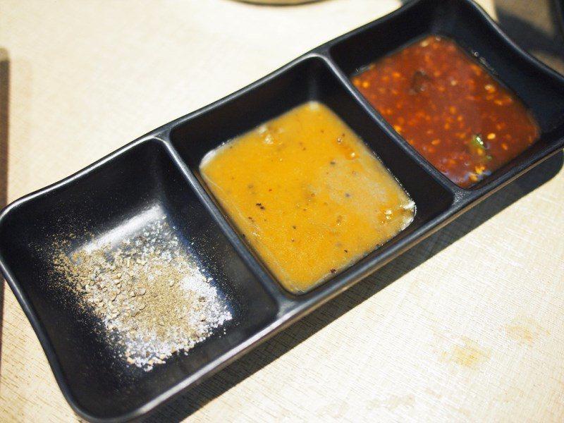 (圖/台灣旅行趣) ▲特別推薦柚香沾醬(中)微酸解膩,是五花烤肉的好夥伴