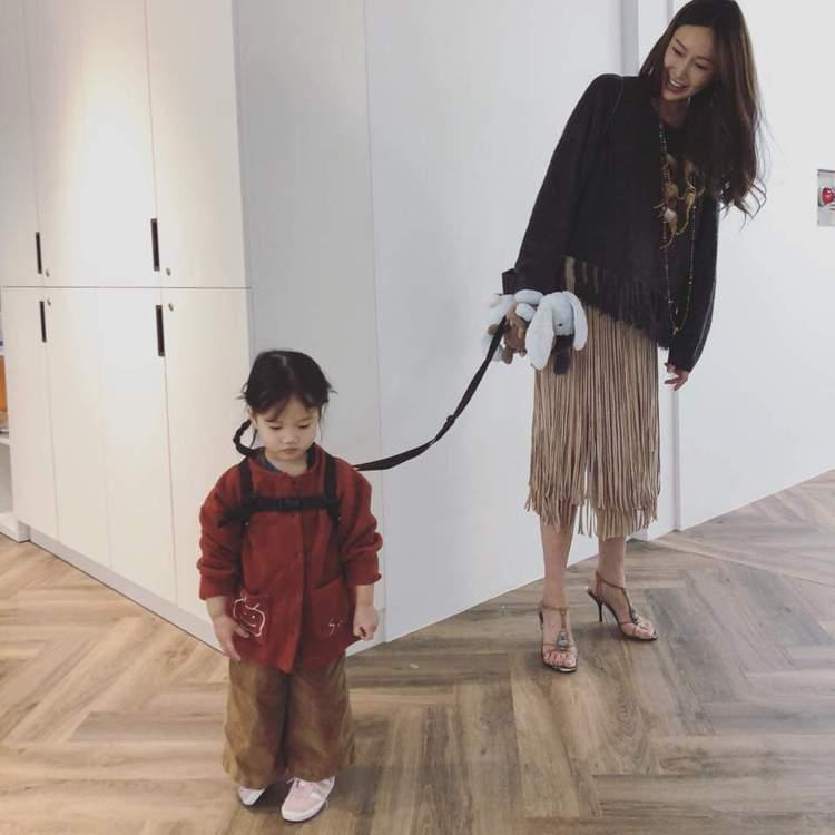 隋棠帶女兒Lucy到辦公室。圖/摘自臉書